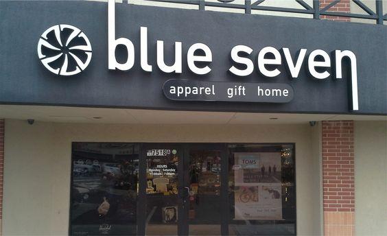 Biển quảng cáo chữ mica phát sáng Blue Seven